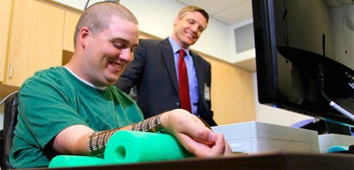 Ian Burkhart, el primer tetrapléjico que consigue mover su mano con un chip implantado en el cerebro que lee pensamientos