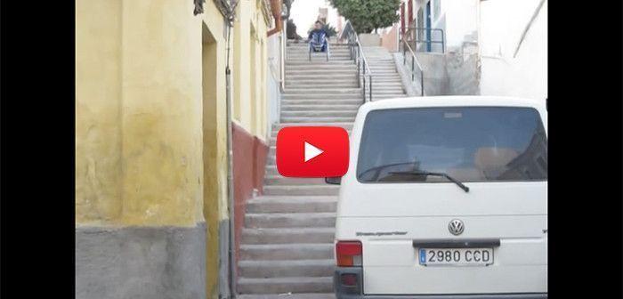 Mira lo que pasa al intentar bajar unas escaleras con la silla de ruedas.
