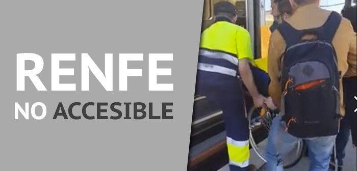 Ayudan a subir a un discapacitado al tren por falta de medios accesibles