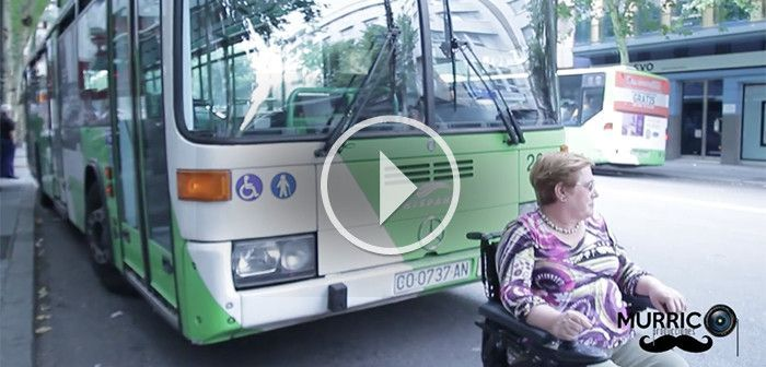 Mujer en silla de ruedas detiene un autobús por no funcionar la rampa