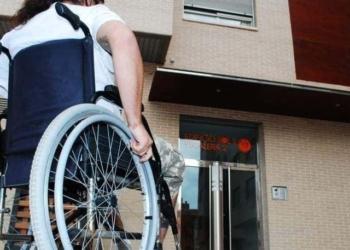 Mujer en silla de ruedas accesibilidad