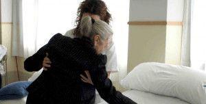 Mujer atendida por asistenta