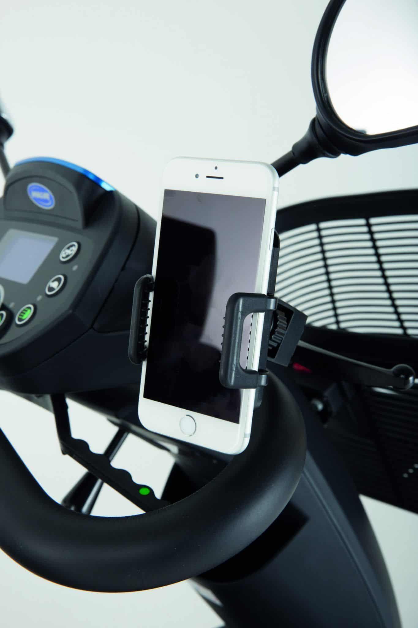 Soporte para movil viajerxs en silla de ruedas.