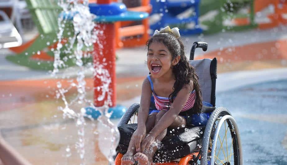 Niña en silla de ruedas