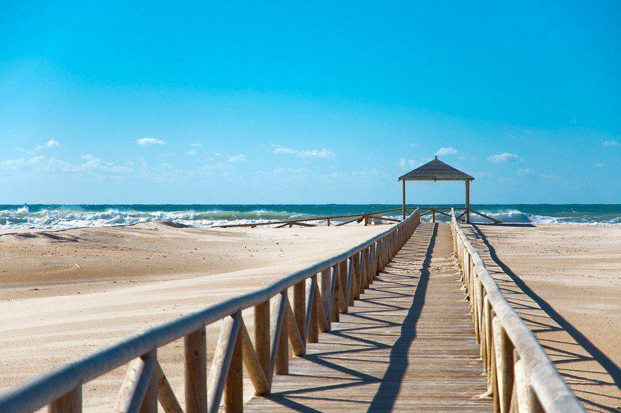 Pasarela de madera hacia la playa
