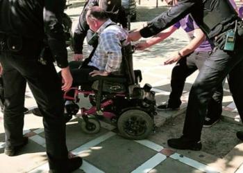 Una persona en silla de ruedas es auxiliada después de tropezar con el alcorque sin árbol ni rejilla. - Diario Jaen