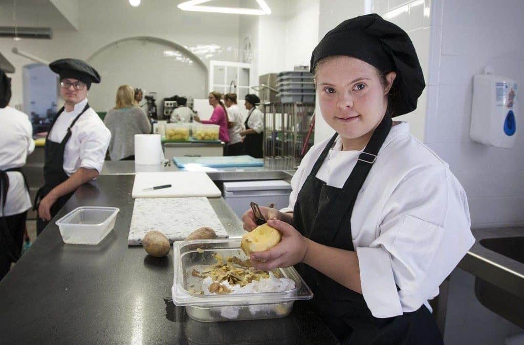 Una de las trabajadoras con discapacidad del Restaurante.