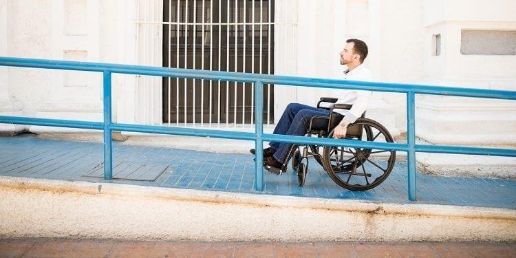 Usuario de silla de ruedas en una rampa | BIGSTOCK
