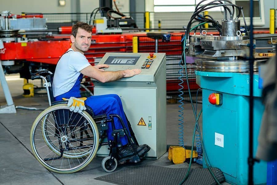 Un trabajador con discapacidad en su puesto de trabajo / Incapacidad permanente