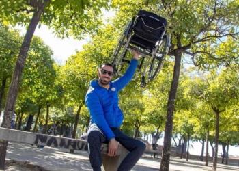 El jugador de Padel en silla de ruedas Coco Bernal portando su silla Panthera U3L