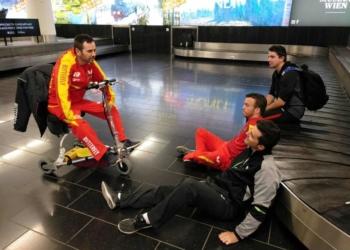 Imagen: twitter @Paralimpicos / Varios integrantes del equipo paralímpico español, esperando las maletas en el aeropuerto de Viena