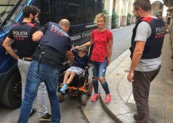 Los mossos con el menor al que le fue robada la silla de ruedas.
