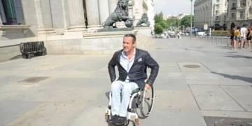 Nacho Tremiño en la puerta del Congreso de los Diputados. Imagen: elnortedecastilla