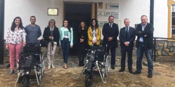 Imagen de la entrega de las dos handbike