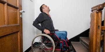 usuario silla de ruedas ante unas escaleras