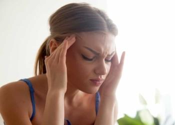 Mujer con dolor de cabeza migraña