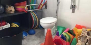 Baño adaptado utilizado como almacén. La medida recién aprobada ampara su doble utilidad.