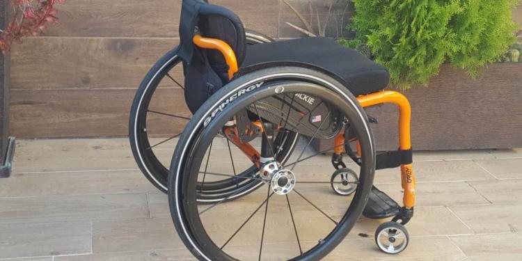Silla de ruedas naranja