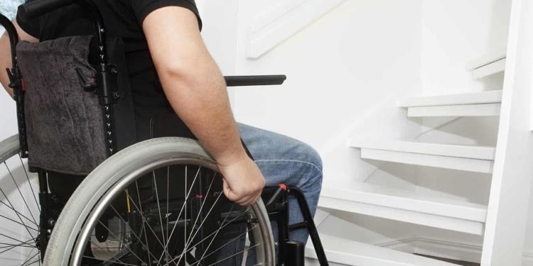 Silla de ruedas ante una escaleras