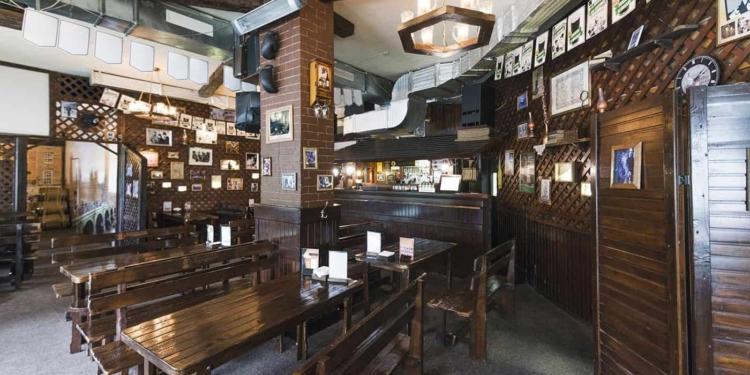 https://www.freepik.es/foto-gratis/interior-acogedor-pub_2866207.htm