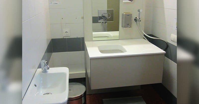 Baño adaptado en un hospital