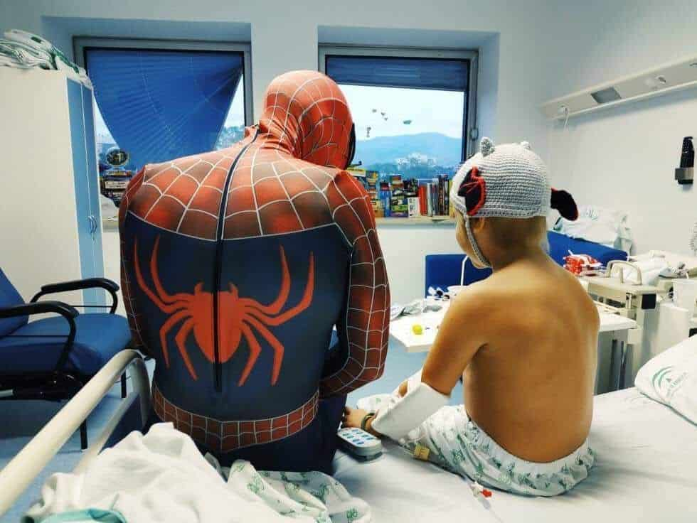 Eduardo Rodríguez González con un niño con cáncer