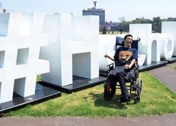 Joven con parálisis cerebral en un jardín