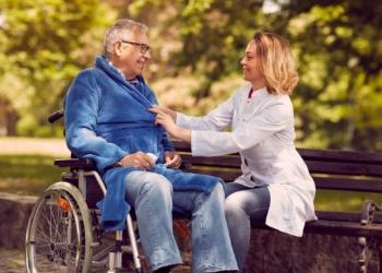 Asistente con usuario en silla de ruedas