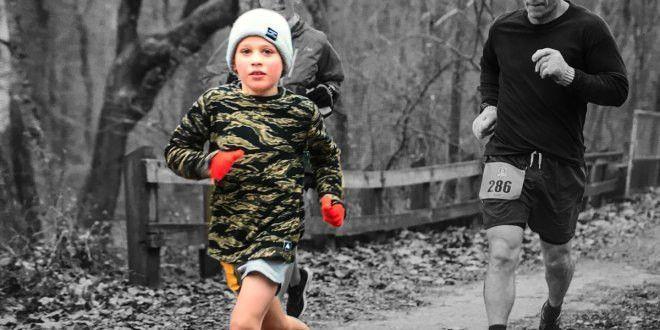 Un chico corriendo