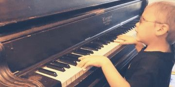 Un niño con discapacidad visual se hace viral tocando el piano