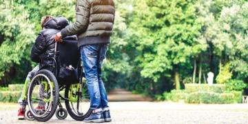 persona con discapacidad y asistente