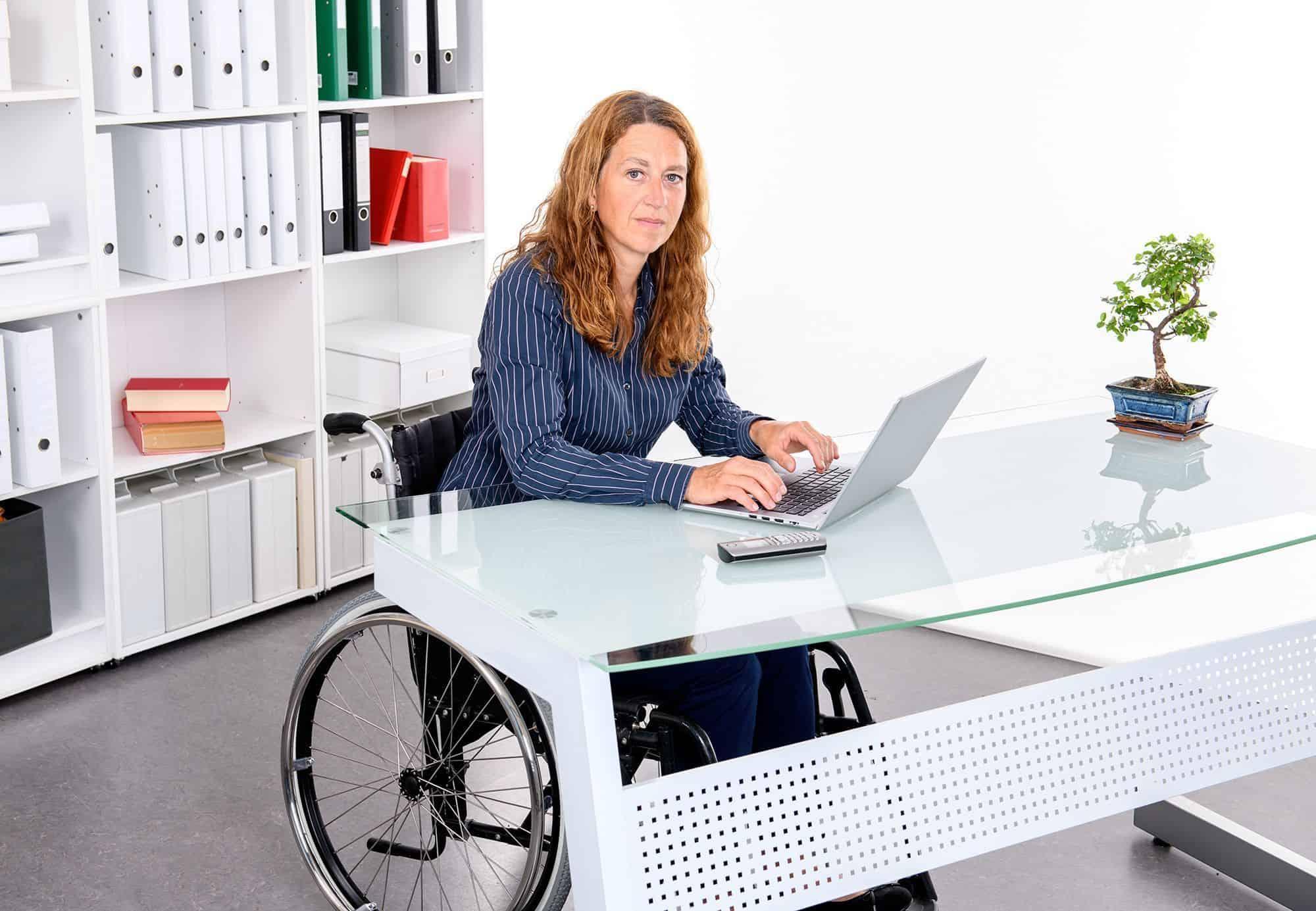 Mujer en silla de ruedas trabajando | BIGSTOCK