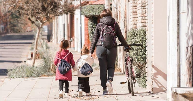 Familia de madre y dos hijas andando