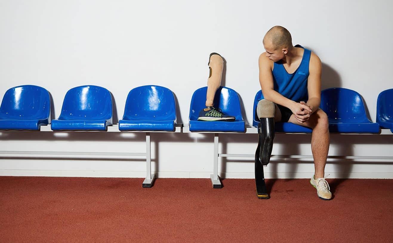 Atleta junto a sus dos prótesis