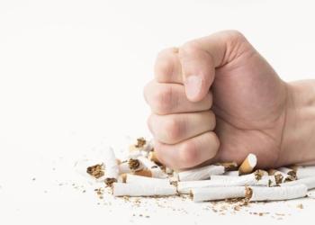 mano dando un puñetazo a tabaco