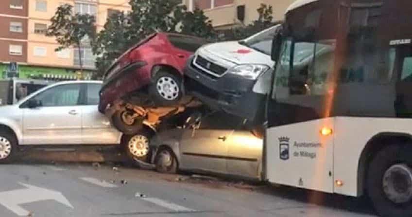 Autobús y coches arrollados