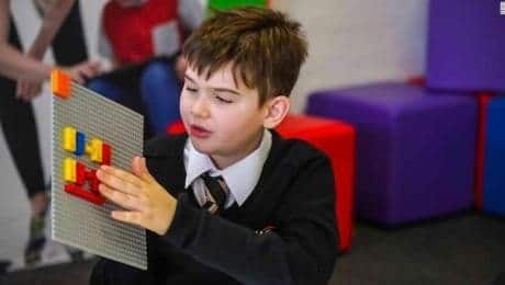 Niño con piezas lego en braille