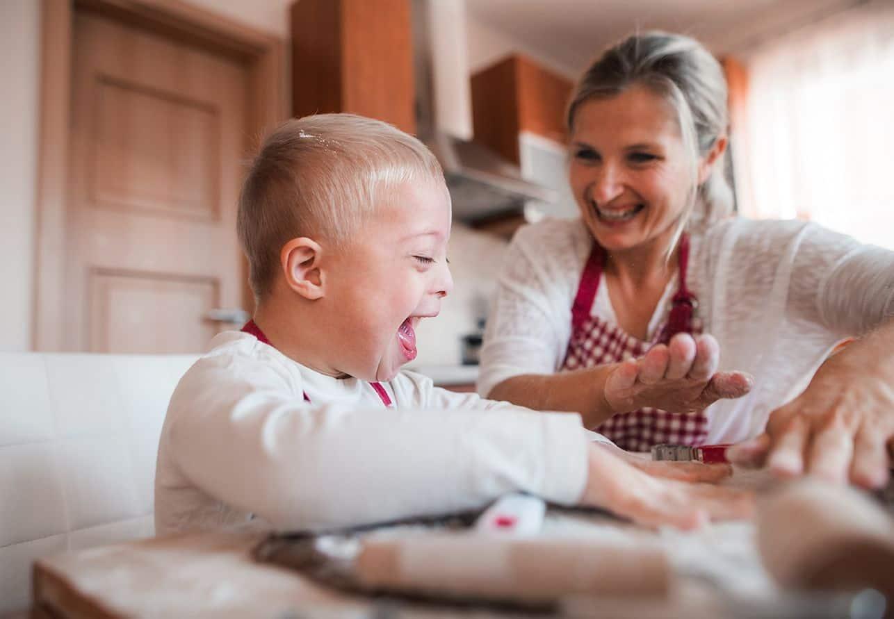 Niño con sindrome down y su madre