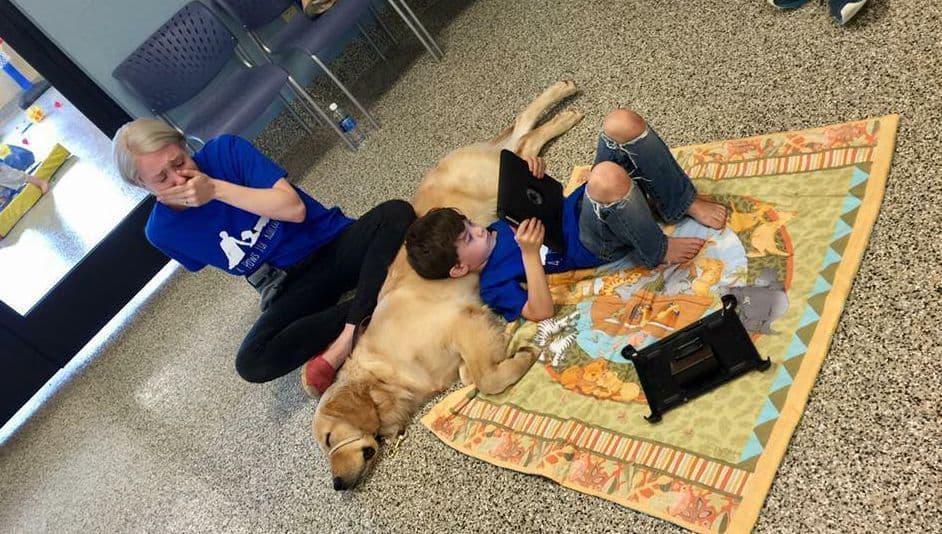 Niño con autismo junto a su nuevo compañero, un perro guía