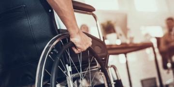 usuario con discapacidad en silla de ruedas