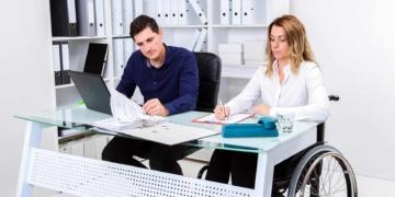 Persona con discapacidad en su puesto de trabajo