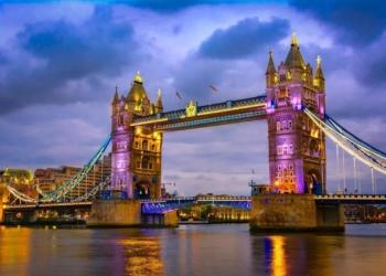 Vista del Puente de la Torre de noche con iluminación. Londres accesible.