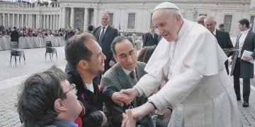 Pablo Pineda y 'El Langui' tuvieron un encuentro con el Papa Francisco durante el programa 'Donde comen dos' | Foto de RTVE