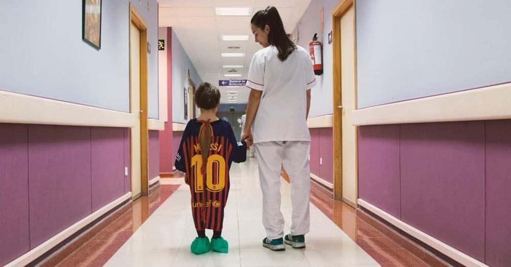Convierten las camisetas de Messi, Griezzman y Sergio Ramos en batas de hospital para niños