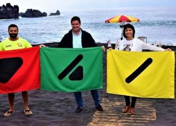 La primera playa en España con banderas apta para las personas daltónicas