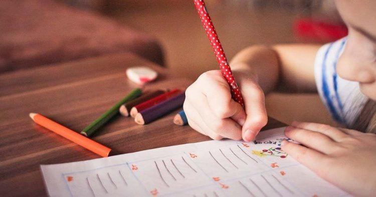 Alejandra, una pequeña de cuatro años, escribió una carta para que le dejen ir al colegio que está cerca de su domicilio