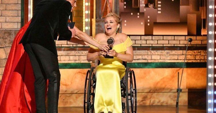 Ali Stroker, la primera actriz en silla de ruedas en recibir un premio Tony de teatro
