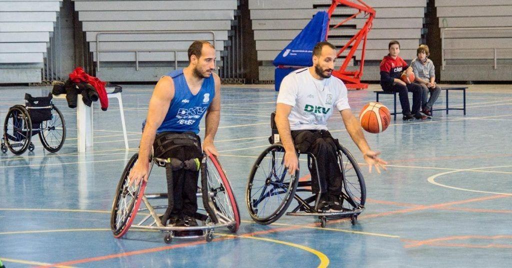 Hermanos jugando al baloncesto en silla de ruedas