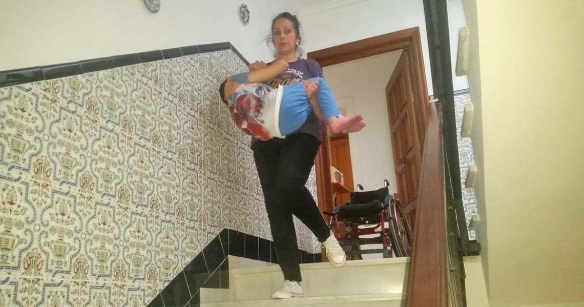 Carmen Arjona carga con su hijo Manuel para que pueda salir a la calle
