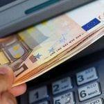 Sacando Dinero del cajero pensión dinero del cajero